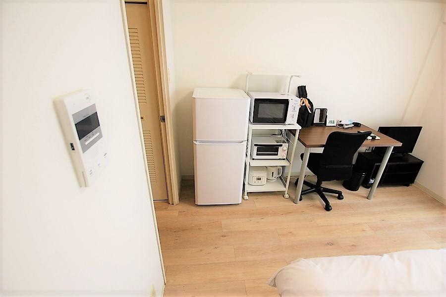 キッチン家電類は室内に配置。ラックは移動可能です