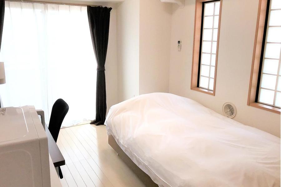 窓以外にも、はめ込み出窓もあり光が多く差し込むお部屋です
