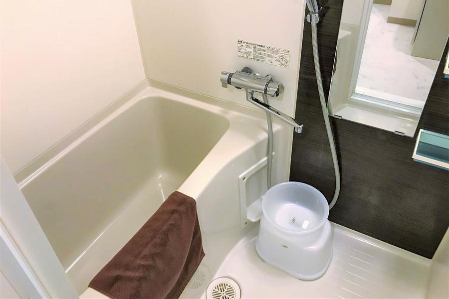 毎日の疲れを癒やす清潔感のあるバスルーム