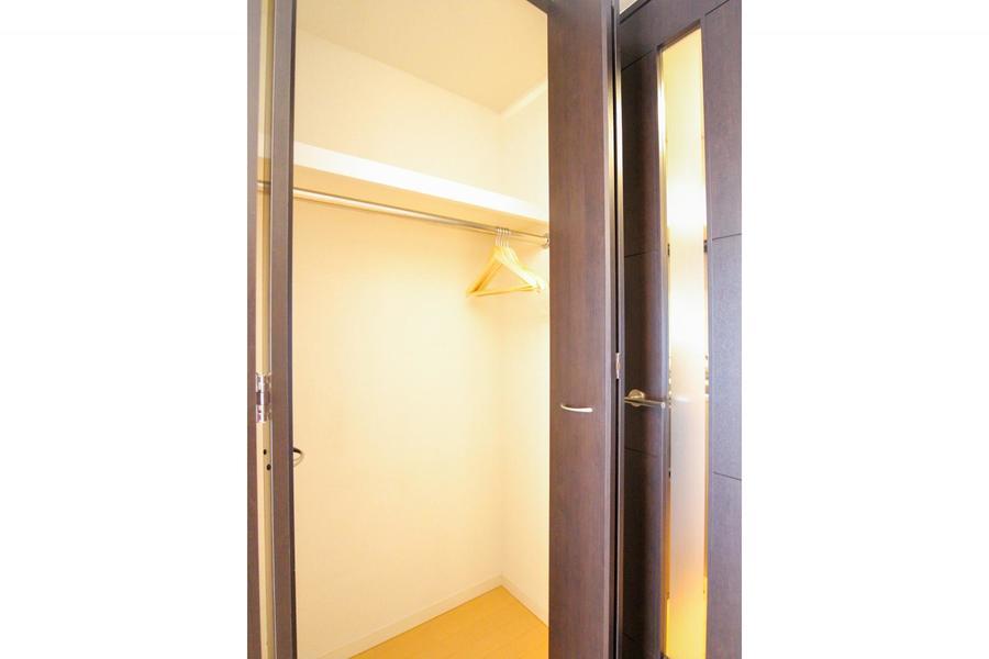 スライドドア式のクローゼットは高さ、幅ともに十分