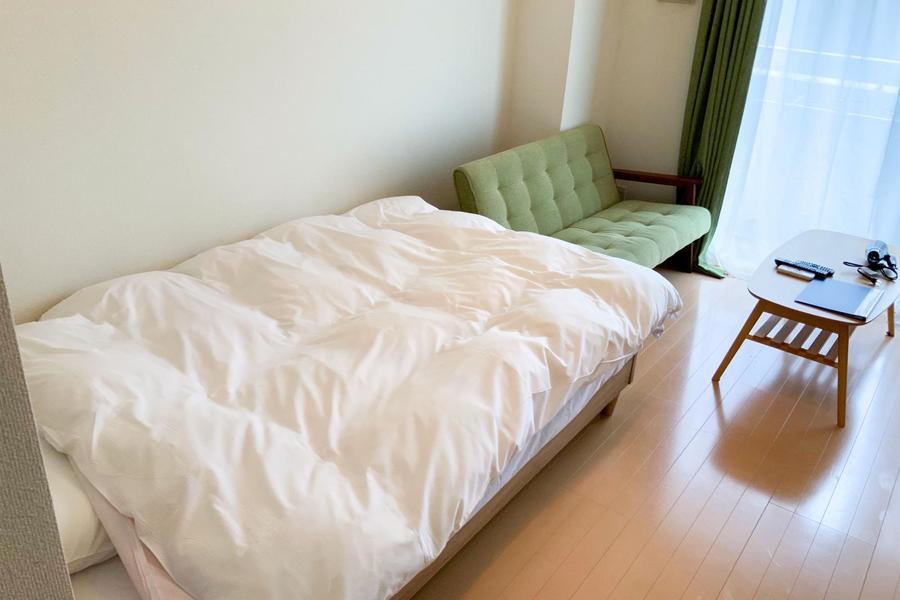 ベッドはセミダブルサイズ。手足を伸ばしておやすみいただけます