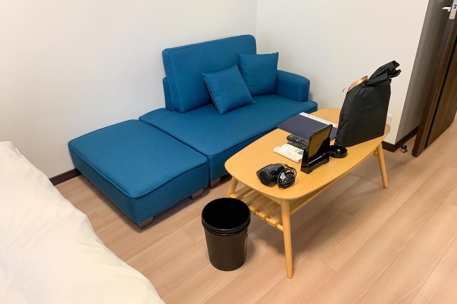 ベッド横には大きめのソファ。横になって休むこともできるゆったりサイズ