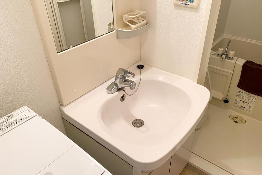 洗面台は独立タイプ。小物置き場もあり便利!