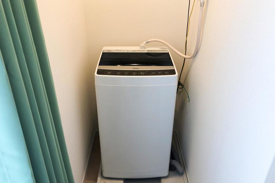 洗濯機は部屋の奥に設置。見えにくい場所にあるため、生活感を隠せるのが嬉しいですね