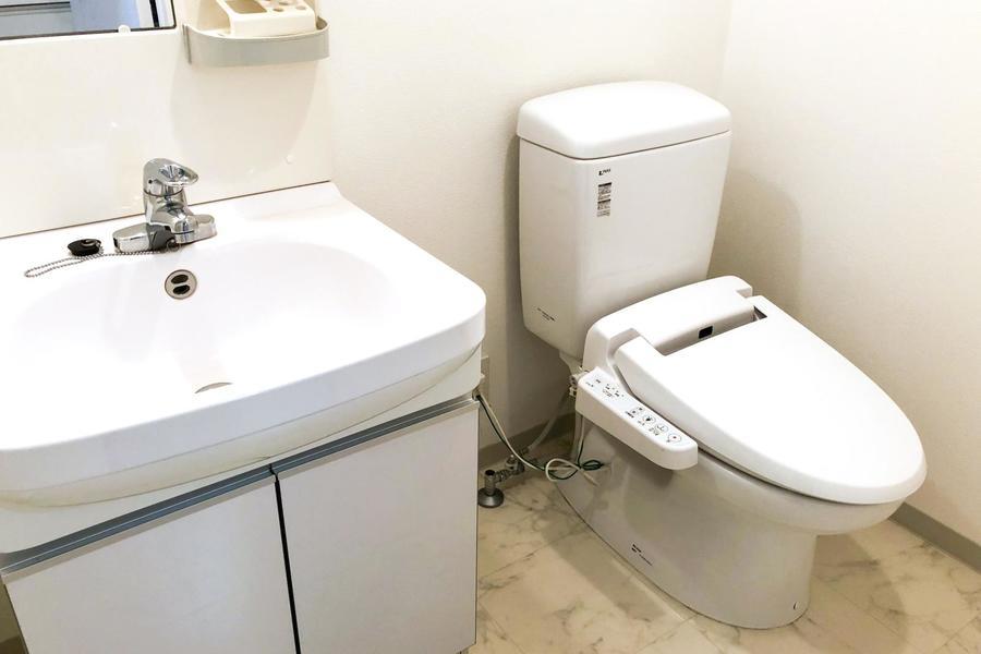 お手洗いはシャワートイレ付き。人気の設備です