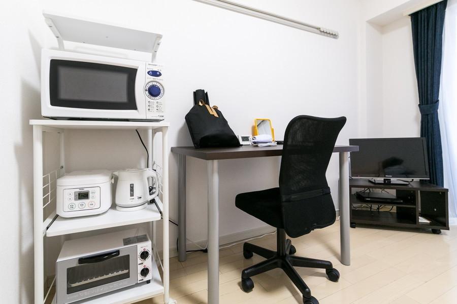 デスク、テレビはもちろん電子レンジなどの家電類もご用意しております