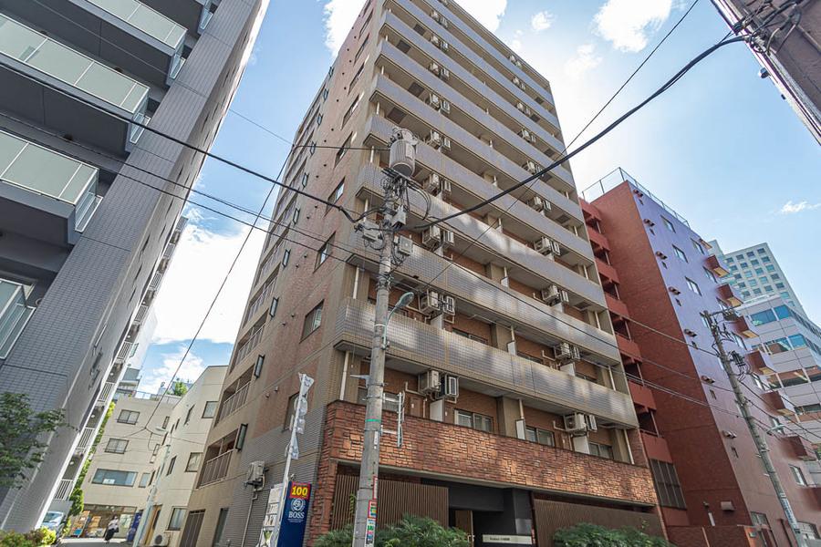 周辺はマンションや商業ビルが多く比較的静かにお過ごしいただけます。