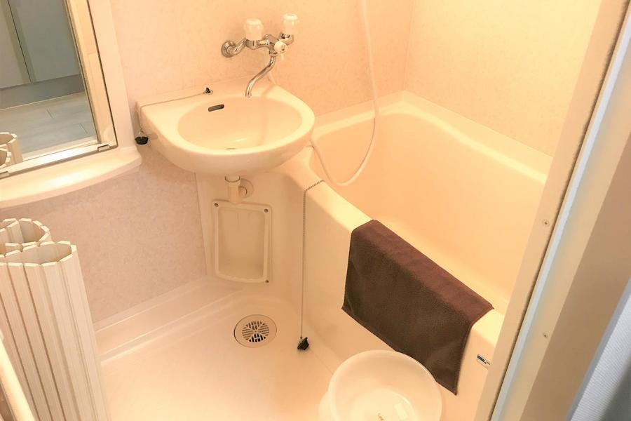 お風呂にはバスマット、洗面台なども完備