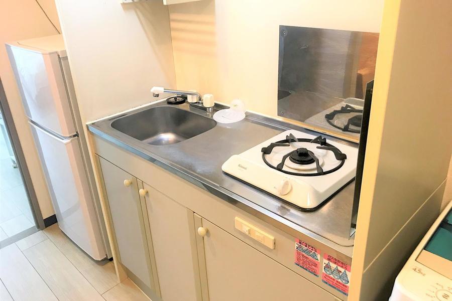 コンパクトキッチンは上下に収納を備えています