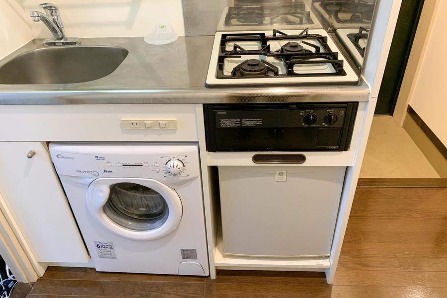 ガスコンロは二口タイプ。珍しいミニ洗濯機付きです
