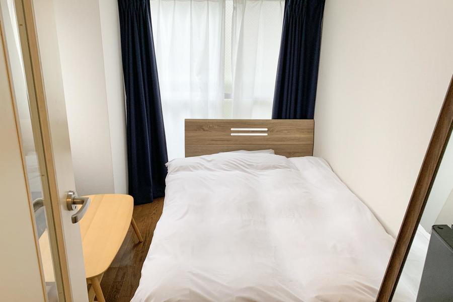 お部屋は6帖。ベッドはセミダブルタイプをご用意しています