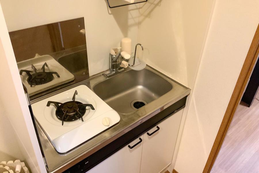 キッチンはシンプルかつコンパクト。安定火力のガスコンロです