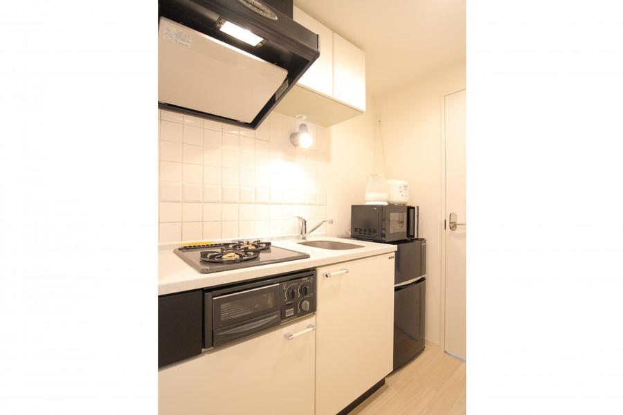 上下に大きめの収納を備えたキッチン。コンロは2口タイプです