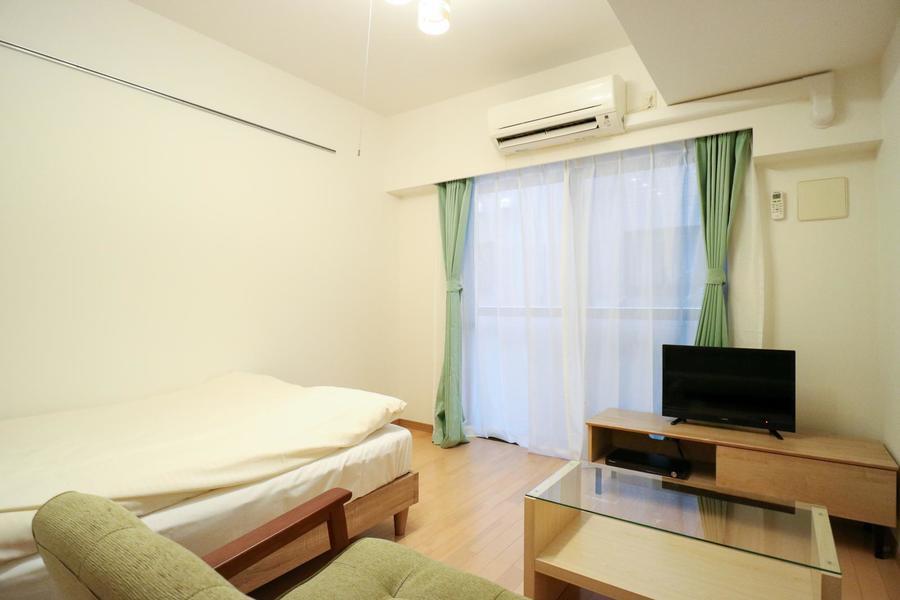 ベッドやテレビ台の他、テーブル、ソファも完備