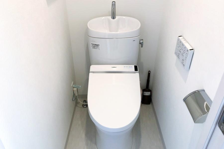 お手洗いはスタイリッシュなタンクレスタイプ
