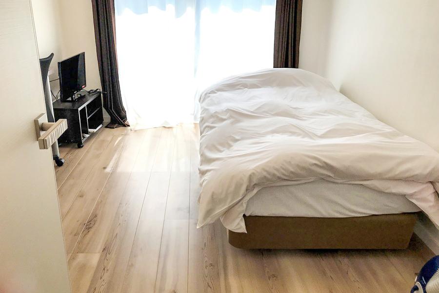 お部屋は7.6帖と過ごしやすい広さ。フローリングの木目が特徴です