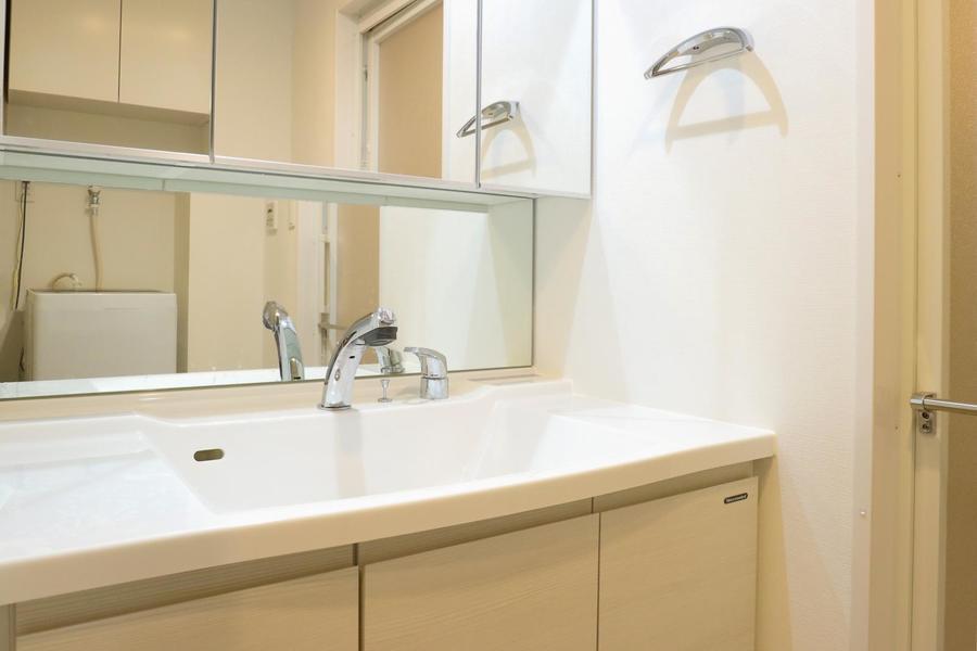壁全面の鏡が特徴の洗面台。サロンのような趣です