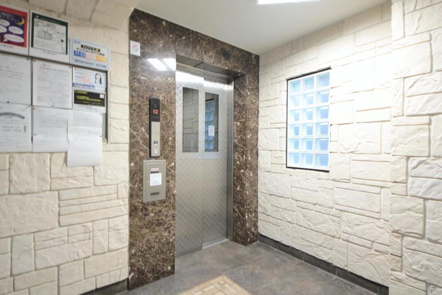 白い石畳に囲まれたエレベーター