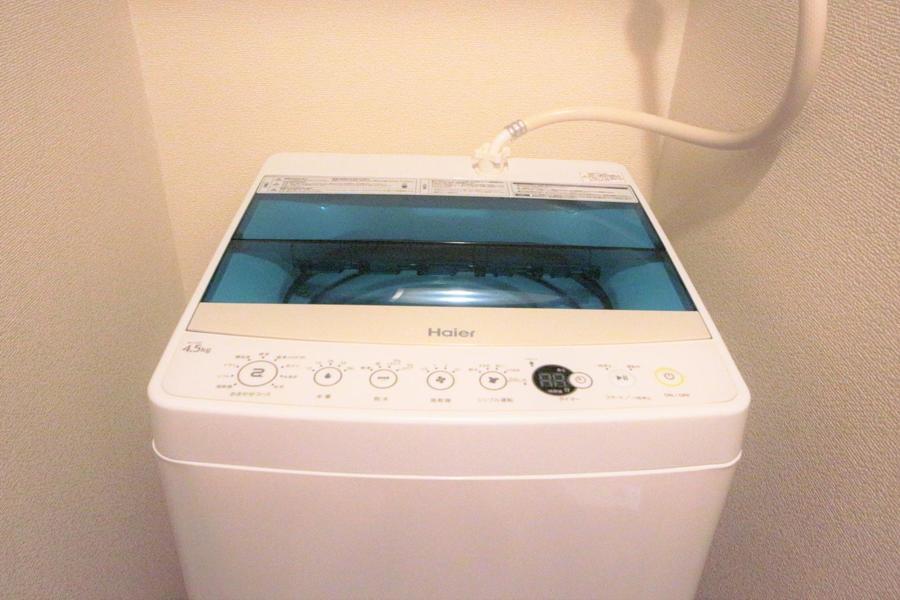 洗濯機は収納されて隠すことができます。