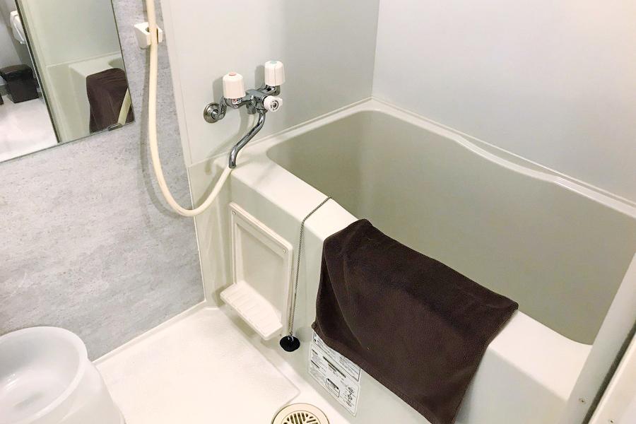 お風呂は肩まで浸かれる広々サイズ。浴室乾燥機つきです