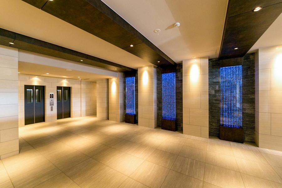 内部は美術館のような趣。ラッシュ時にも嬉しいエレベーター2台!