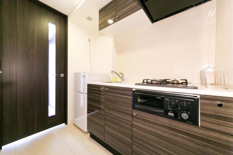 上下に収納棚を完備したキッチンは使い勝手抜群