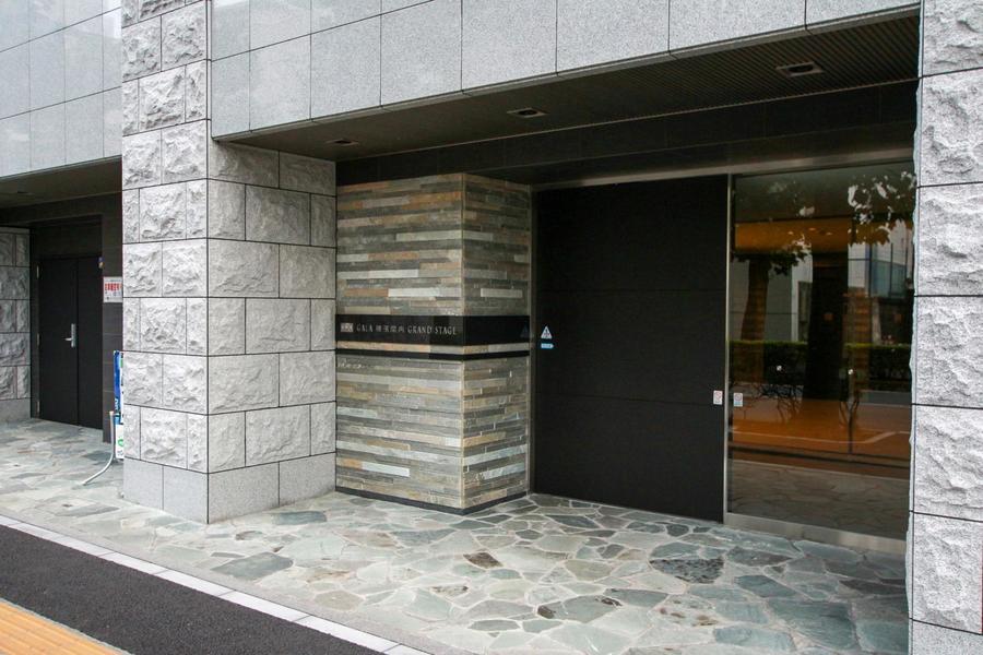 御影石など様々な石材を組み合わせたデザイン性の高いエントランス