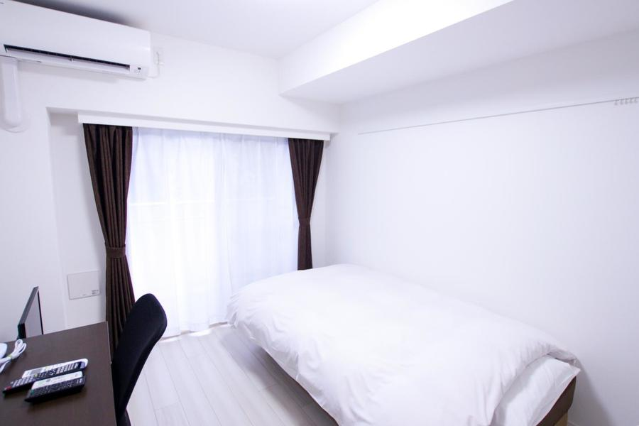 お部屋はシンプルな6帖。天井も高く開放的です