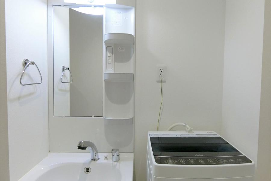 白を基調とした洗面台エリア