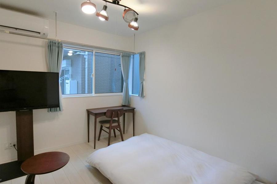ダークブラウンを貴重としたスタッフこだわりの家具を配置。テレビボード採用で圧迫感も少なめ
