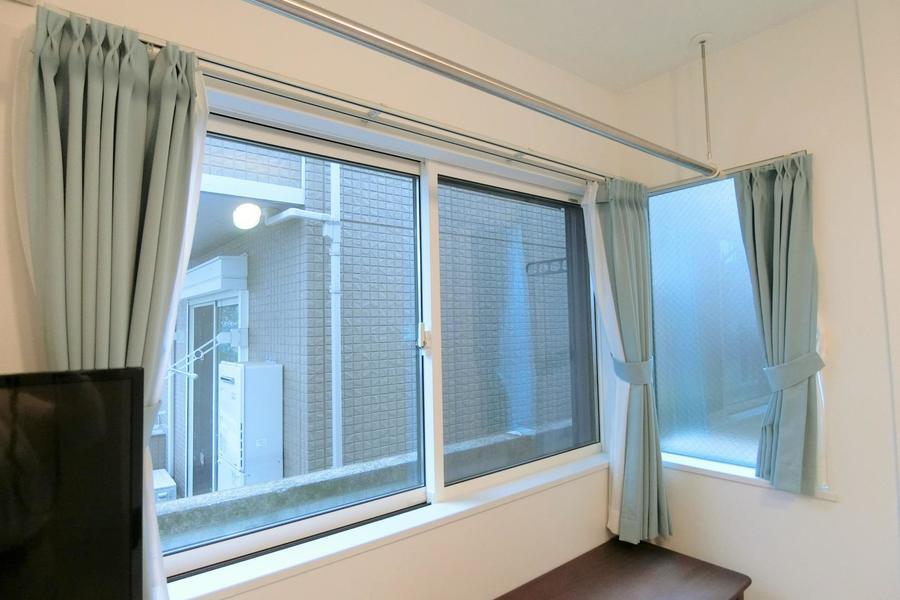 ミントグリーンのカーテンに広い窓で明るいお部屋♪