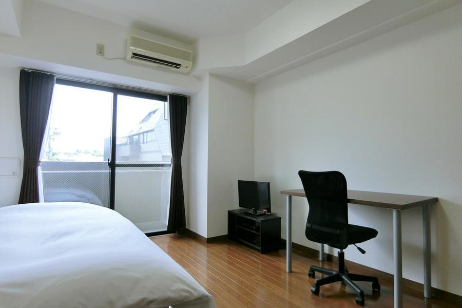 シンプルなフローリングと白い壁紙のお部屋。年齢性別問わずお過ごしいただけます!