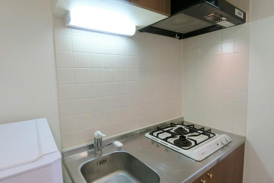ブラウンの収納扉がシックなキッチン。便利なガスコンロ2口タイプです