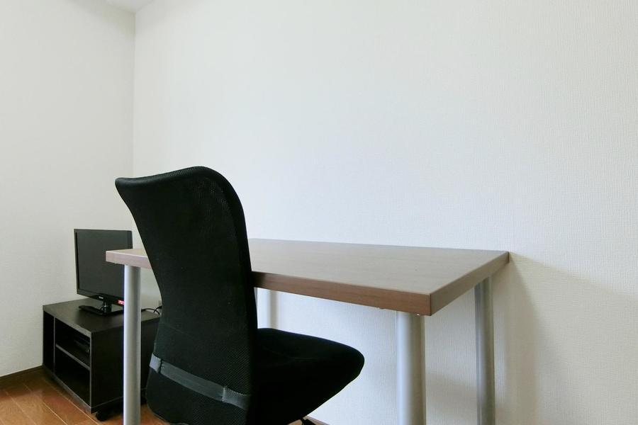 勉強やお仕事が捗るシンプルなデスクスペース。