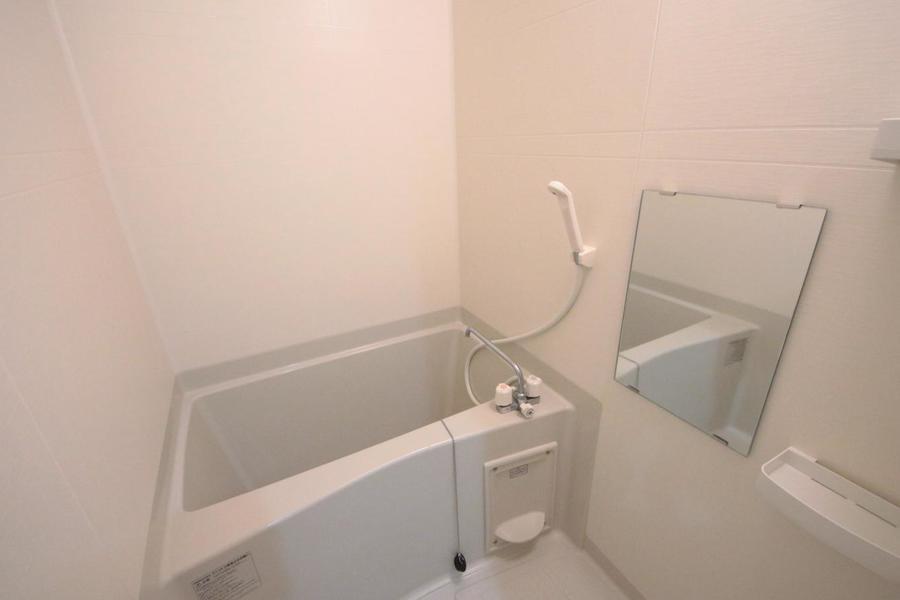 お風呂は大きな鏡と小物棚つきで便利◎