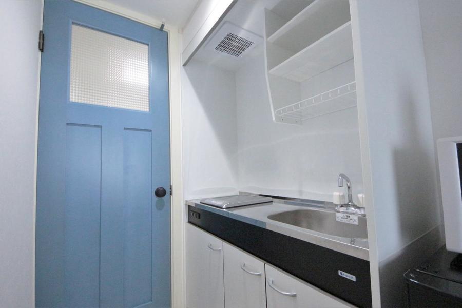 お部屋と玄関を仕切る扉は爽やかなブルーを採用。シンプルなお部屋がお洒落に!!