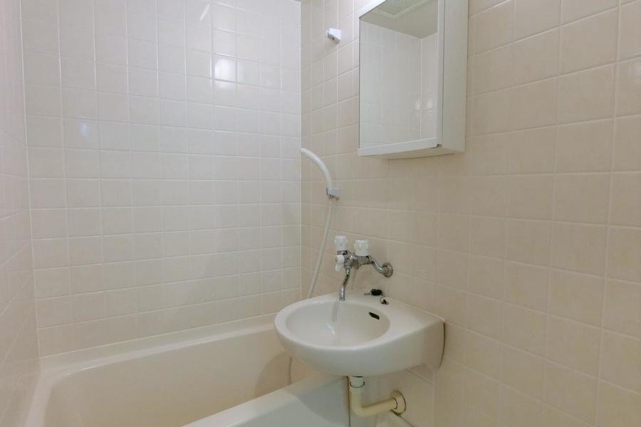 清潔感あるバスルーム。便利な収納スペース付き鏡が嬉しいですね♪