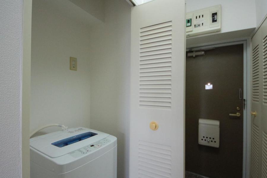 洗濯機は廊下の隠れた場所にそっとあります。