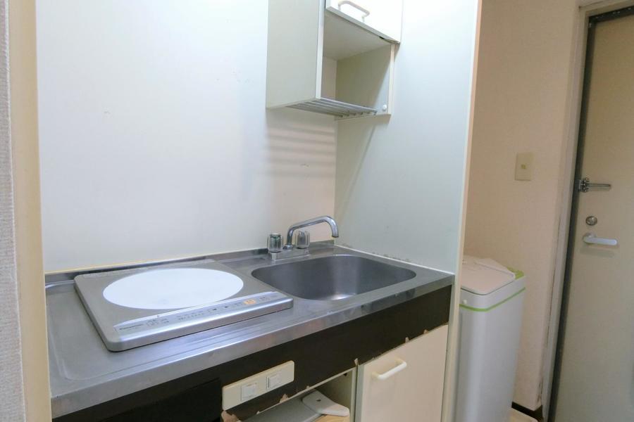 キッチンはコンパクトなつくり。食器類を収納できる吊り棚付きです