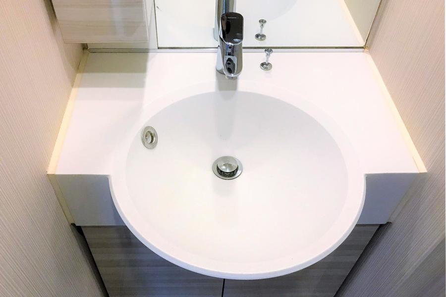 独立タイプの洗面台。毎朝の身だしなみチェックにも最適です