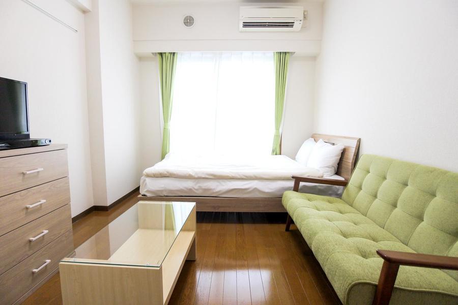 室内にはベッド、ソファなど各種家具をご用意済。お荷物一つでご入居いただけます