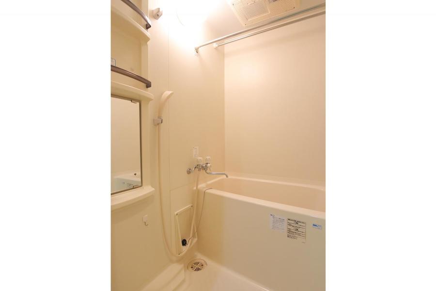 お風呂には浴室乾燥機搭載。ホコリや汚れを気にせずお洗濯ができます
