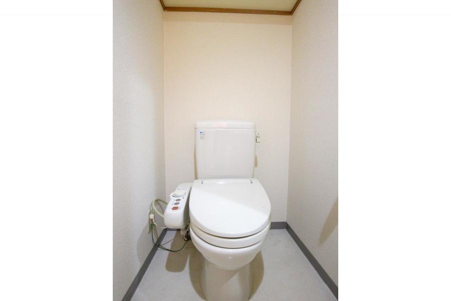 お手洗いは人気設備のシャワートイレ付き