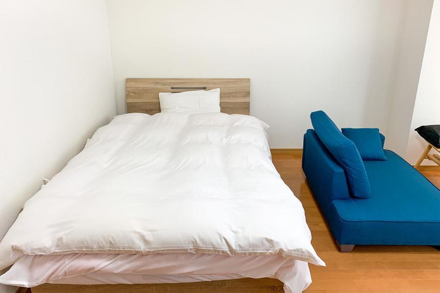 手足を伸ばしておやすみいただけるセミダブルサイズのベッド