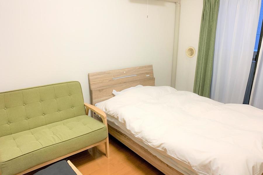 ベッドはゆったり眠れるセミダブルサイズ