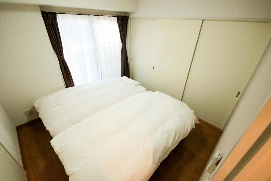 リビング隣はベッドルーム。ベッドは2台のツイン仕様です
