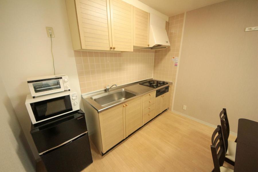 広めのシンクと上下段にたっぷりの収納棚が嬉しいキッチン