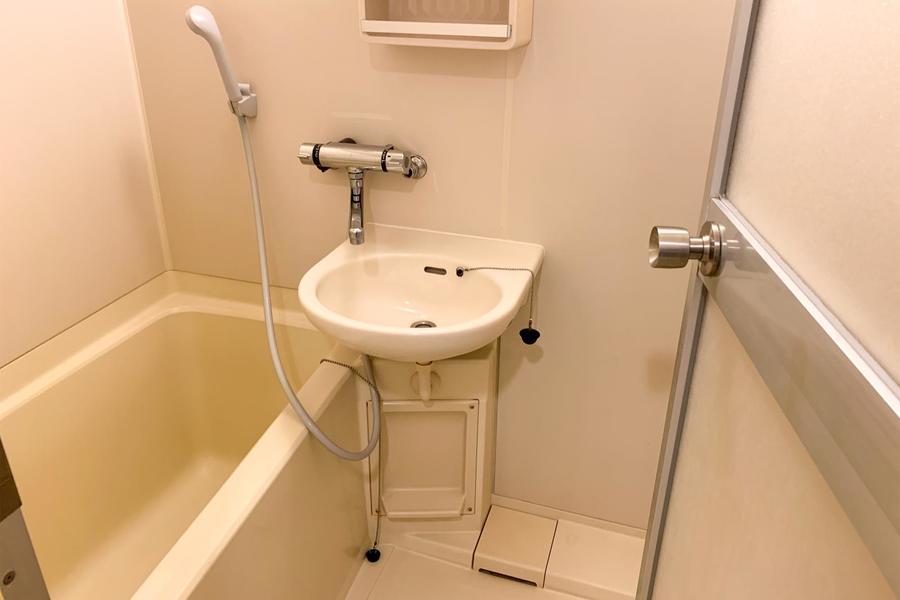 お風呂はコンパクトながら清潔感溢れる空間