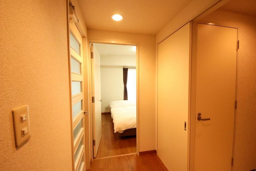 玄関から寝室まではリビングを介さず、直接アクセスも可能