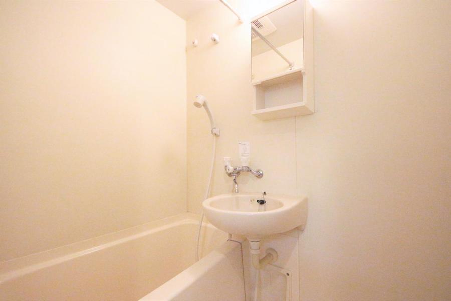 真っ白なお風呂場で毎日の疲れを癒やしてください。